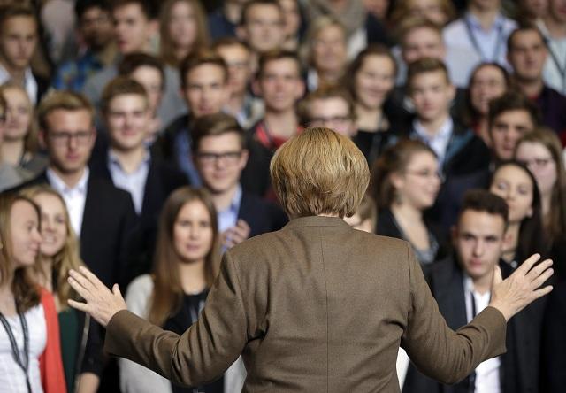 Na snímke nemecká kancelárka Angela Merkelová na stretnutí so študentmi