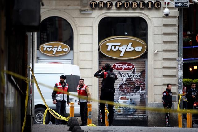Na snímke príslušníci bezpečnostných zložiek zasahujú v centre tureckého mesta Istanbul, kde vybuchla nálož, ktorú údajne odpálil samovražedný útočník