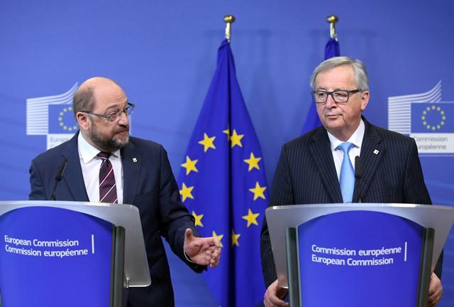 Na snímke predseda Európskej komisie Jean-Claude Juncker (vpravo) a predseda Európskeho parlamentu Martin Schultz