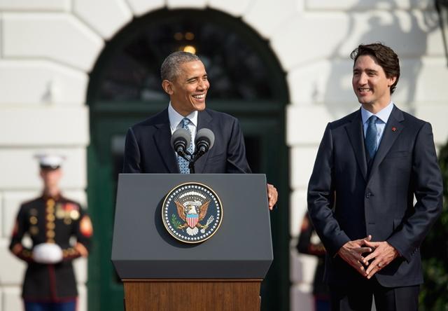 Na snímke americký prezident Barack Obama a kanadský premiér Justin Trudeau