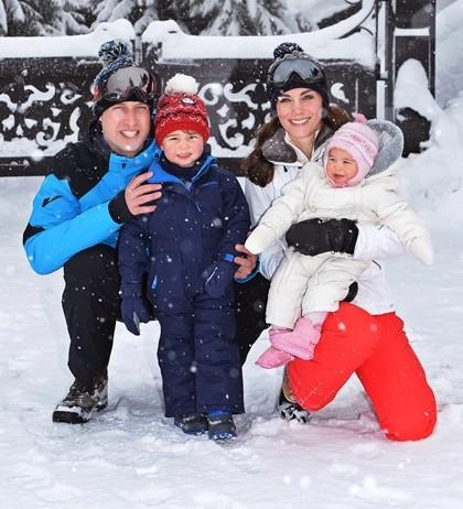 Na snímke britský princ William s manželkou Kate a ich deťmi, princeznou Charlotte a princom Georgeom pózujú počas lyžovačky v rámci ich prvej spoločnej dovolenky vo štvorici, vo francúzskych Alpách