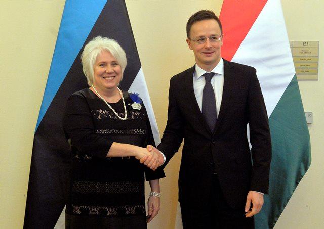 Na snímke ministerka zahraničných vecí Estónska Marina Kaljurandová a šéf maďarskej diplomacie Péter Szijjártóo