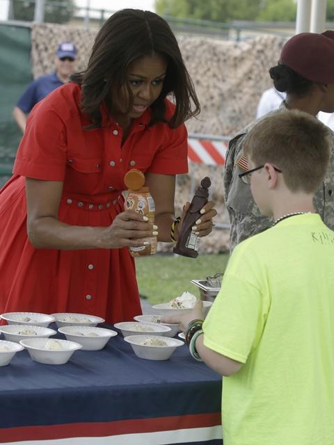Na snímke prvá dáma USA Michelle Obamová (vľavo)