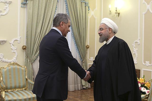 Ruský minister obrany Sergej Šojgu (vľavo) a iránsky prezident Hasan Rúhání