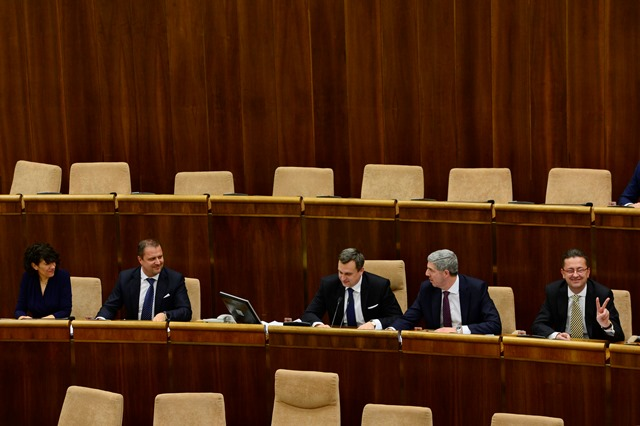 Na snímke  uprostred novovymenovaný predseda NRSR Andrej Danko, vľavo noví podpredsedovia parlementu Lucia Nicholsonová, druhý zľava Andrej Hrnčiar, vpravo Martin Glváč a druhý sprava Béla Bugár