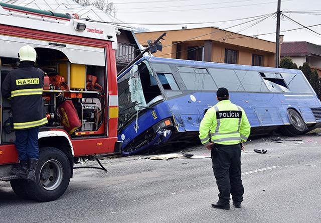 nehoda autobusu a nákladného motorového vozidla