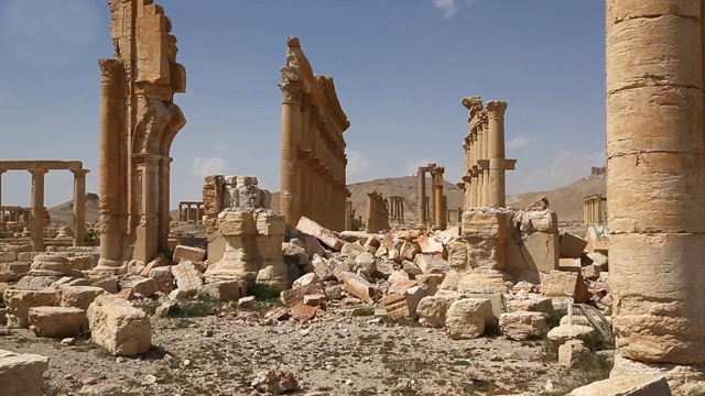 Na snímke pohľad na poškodené starobylé ruiny v sýrskej Palmýre