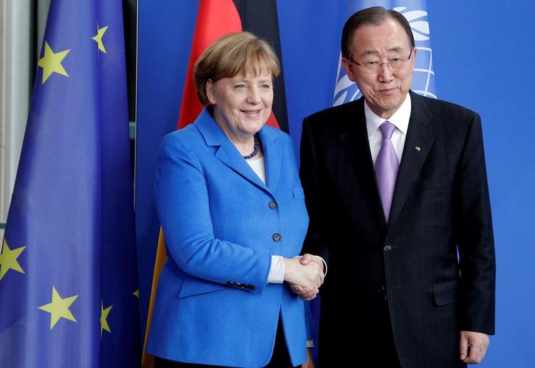 Na snímke nemecká kancelárka Angela Merkelová (vľavo) a generálny tajomník OSN Pan Ki Mun