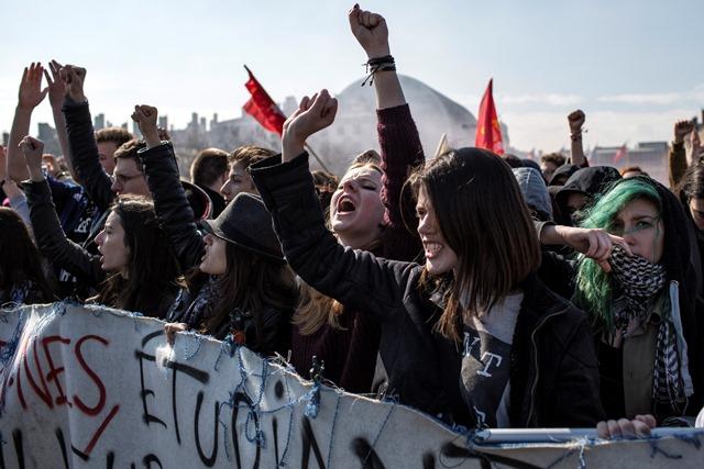 Na snímke protestujúci francúzski študenti