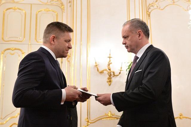 Na snímke vpravo prezident SR Andrej Kiska vymenúva Roberta Fica