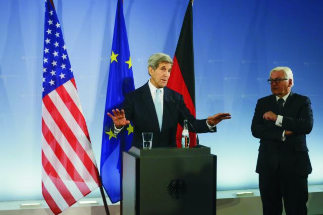 Americký minister zahraničných vecí John Kerry (vľavo) počas tlačovej konferencie so svojím nemeckým rezortným partnerom Frankom-Walterom Steinmeierom