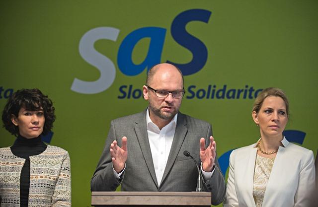 Na snímke uprostred predseda strany Sloboda a solidarita (SaS) Richard Sulík, vľavo Lucia Nicholsonová a vpravo Jana Kiššová