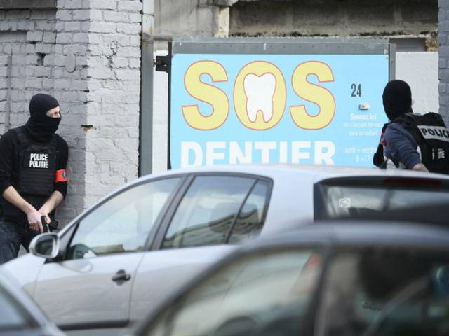Na snímke bruselskí policajti počas zásahu