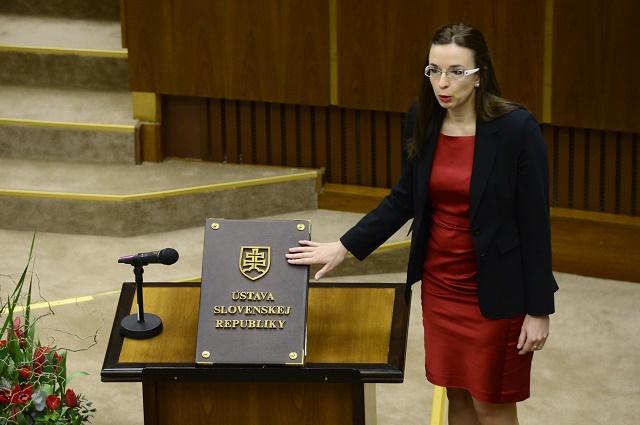 Na snímke Simona Petrík skladá poslanecký sľub