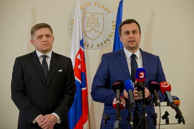 Na snímke predseda strany SNS Andrej Danko (vpravo) a predseda strany Smer-SD Robert Fico