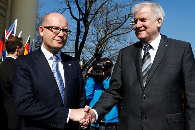Na snímke vľavo český premiér Bohuslav Sobotka a vpravo predseda krajinskej vlády Bavorska Horst Seehofer