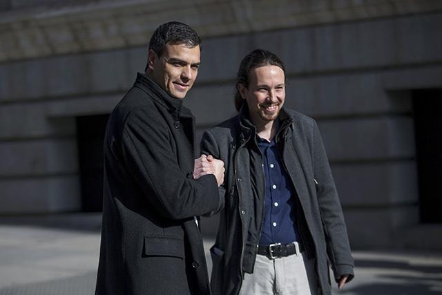 Líder španielskych socialistov Pedro Sánchez (vľavo) a líder španielskej strany Podemos Pablo Iglesias