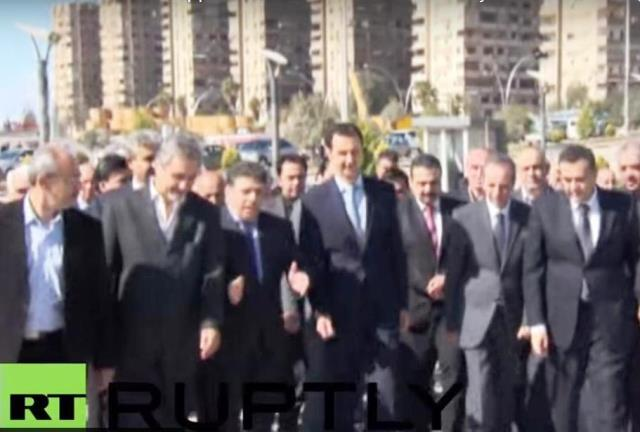 Na snímke Asad prichádza na miesto, kde sa stavajú byty