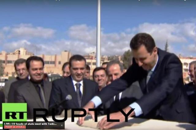 Na snímke prezident Asad slávnostne ukladá prvú tehlu