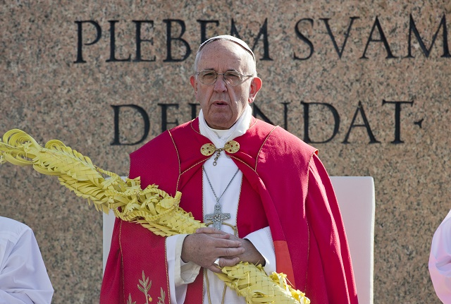 Pápežž Františšek držží palmovú ratolesť počas Kvetnej nedele na Námestí sv. Petra vo Vatikáne 20. marca 2016.