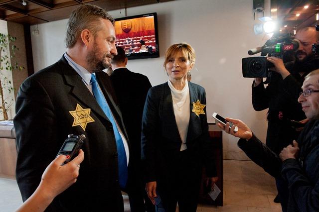 Na snímke poslanec SaS Ondrej Dostál a poslankyňa OĽANO-NOVA Viera Dubačová