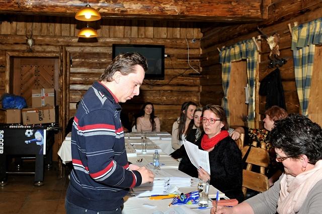 Volebná miestnosť sa nachádza aj v krásnej dreveničke. Člen okrskovej volebnej komisie Martin Lutišan, ktorý má trvalý pobyt v Bratislave, po preukázaní totožžnosti podpisuje členke okrskovej volebnej komisie v zozname voličov prevzatie hlasovacích lístkov  vo voľbách do Národnej rady SR v Terchovej