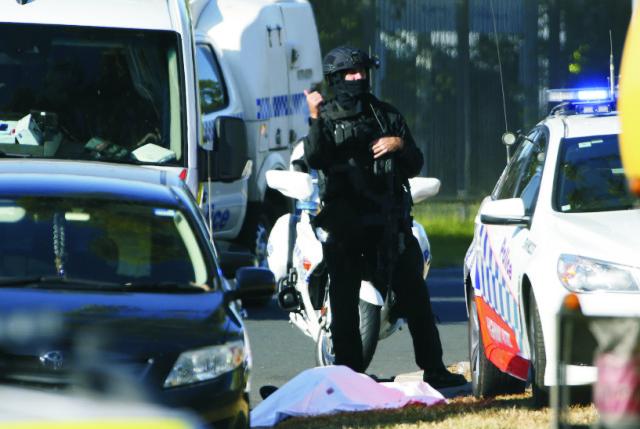 Snímka z miesta činu po streľbe v priemyselnej zóne Ingleburn na juhozápadnom okraji austrálskeho mesta Sydney pri ktorej jeden muž zahynul a ďalší dvaja utrpeli zranenia