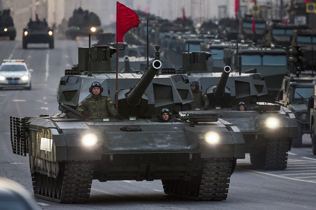 Na archívnej snímke kolóna nových obrnených vozidiel ruskej armády vrátane nového stredného tanku T-14 Armata (v strede) počas skúšky na dlho očakávanú vojenskú prehliadku pri príležitostí víťazstva v II. svetovej vojne na Červenom námestí v Moskve