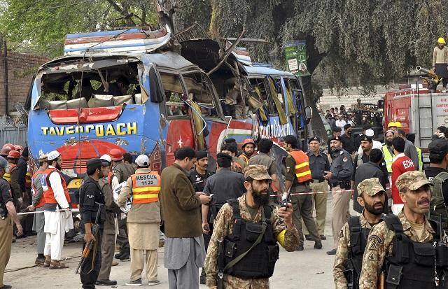 Na snímke autobus po výbuchu