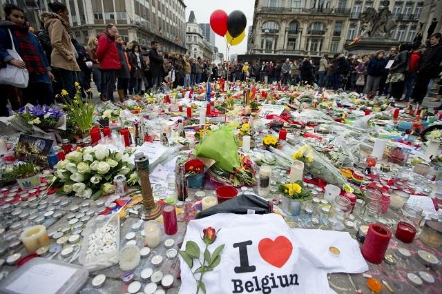 Tri balóny vo farbách belgickej vlajky počas uctenia si pamiatky obetí samovraždených útokov v Brusel