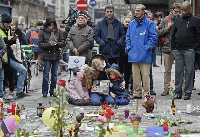 Minútou ticha si dnes napoludnie uctili obyvatelia Bruselu pamiatku vyše 30 obetí utorkových útokov na letisku Zaventem a v bruselskom metre