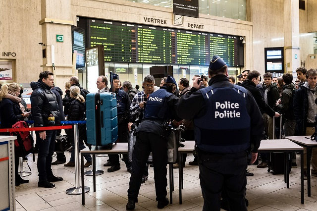 Policajti kontrolujú batožiny cestujúcich na  hlavnej stanici v Bruseli