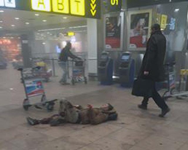 Na snímke zranený muž leží na zemi po výbuchoch na letisku Zavantem v Bruseli 22. marca 2016. Bruselským letiskom Zaventem dnes dopoludnia otriasli výbuchy