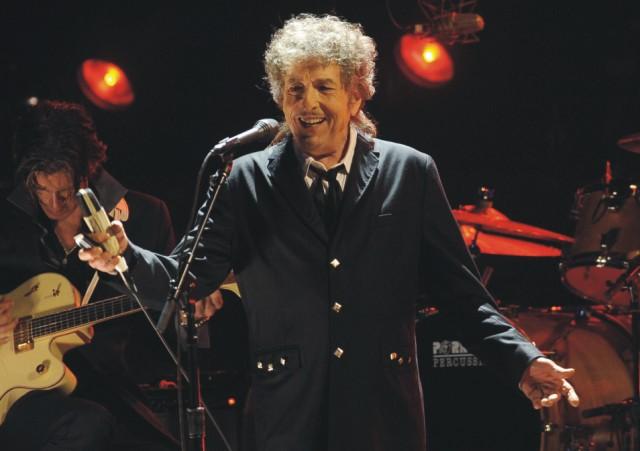 Na archívnej snímke z 12. januára 2012 spevák Bob Dylan vystupuje v Los Angeles