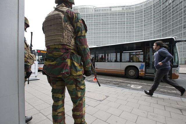 Belgickí vojaci hliadkujú na zastávke autobusu pred sídlom EÚ (vpravo v pozadí) v Bruseli