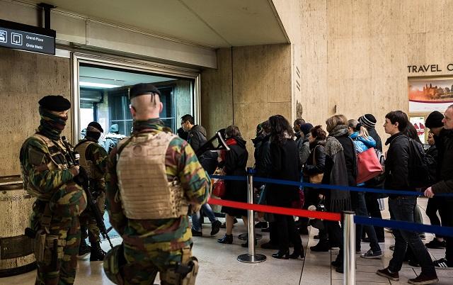 Cestujúci čakajú v dlhom rade na  hlavnej stanici v Bruseli  v dôsledku kontroly batožiny