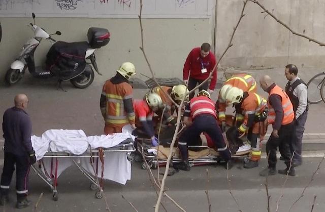 Na videosnímke hasiči pomáhajú neznámej osobe po výbuchu v stanici metra v Bruseli