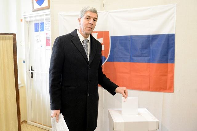 Predseda strany Most-Híd Béla Bugár vhadzuje obálku do volebnej urny vo voľbách do Národnej rady SR v ŠŠamoríne