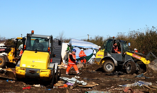 Na archívnej snímke francúzke úrady demolujú utečenecký tábor rozkladajúci sa pri prístavnom meste Calais v severozápadnom Francúzsku