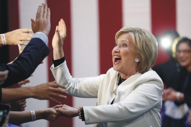 Americká demokratická prezidentská kandidátka Hillary Clintonová sa teší pred svojimi stúpencami na nočnom volebnom zhromaždení v rámci takzvaného volebného  superutorka 1. marca 2016