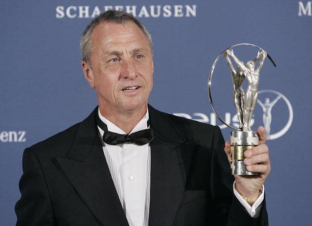 Na archívnej snímke z 22. mája 2006 holandský futbalista Johan Cruyff s cenou za celoživotný prínos  na vyhlásení výsledkov celosvetovej ankety Laureus World Sports Awards v Barcelone. Legendárny holandský futbalista Johan Cruyff zomrel 24. marca 2016 v Barcelone vo veku 68 rokov po dlhom boji s rakovinou