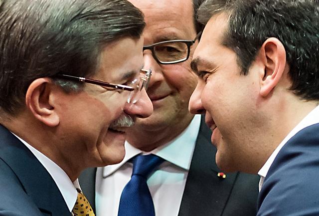 urecký premiér  Ahmet Davutoglu (vľavo), francúzsky prezident Francois Hollande (v strede) a grécky premiér Alexis Tsipras (vpravo) v rozhovore na summite EÚ v Bruseli 18. marca 2016