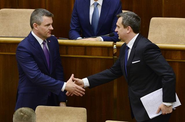 Odchádzajúci predseda NR SR Peter Pellegrini (vľavo) gratuluje novovymenovanému predsedovi parlamentu Andrejovi Dankovi počas ustanovujúcej schôdze Národnej rady Slovenskej republiky (NR SR) VII. volebného obdobia 23. marca 2016 v Bratislave
