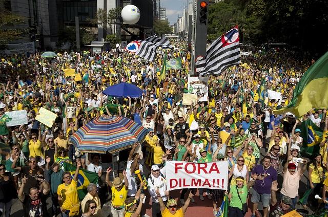 Ľudia nesú transparenty s heslami proti prezidentke Dilme Rousseffovej počas protivládnej demonštrácie