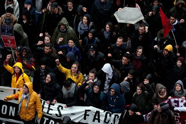 Na snímke Francúzi protestujúci proti reforme