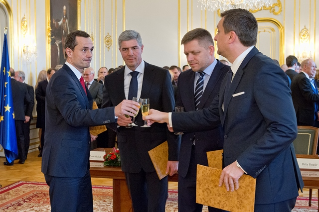 Na snímke sprava predseda SNS Andrej Danko, predseda Smer-SD Robert Fico, predseda Most-Híd Béla Bugár a šéf strany #Sieť Radoslav Procházka si pripíjajú po podpise koaličnej dohody