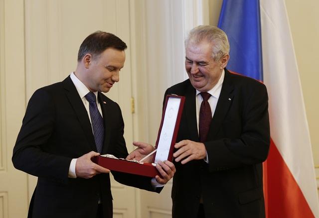 Poľský prezident Andrzej Duda  (vľavo) prijíma od českého prezidenta Miloša Zemana najvyššie štátne vyznamenanie Českej republiky Rad bieleho leva na Pražskom hrade