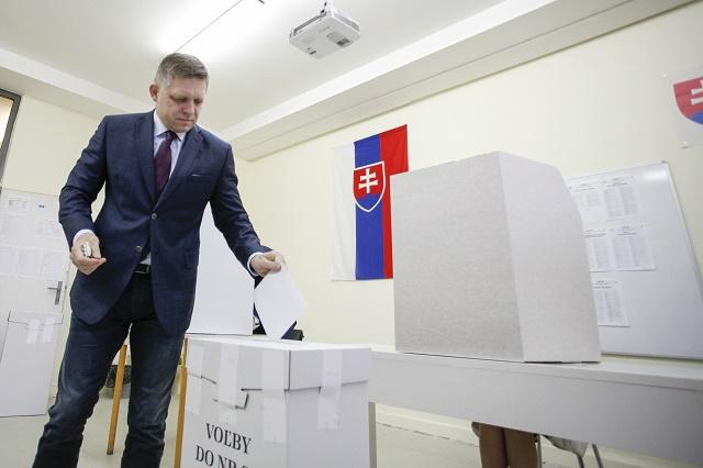 Na snímke premiér Robert Fico vhladzuje obálku do volebnej urny vo voľbách do Národnej rady SR vo volebnej miestnosti na Majerníkovej ulici v Bratislave, 5. marca 2016.