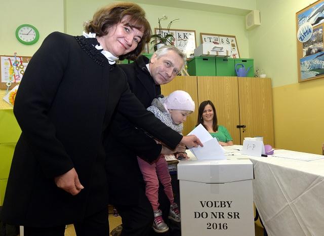 Na snímke uprostred predseda KDH Ján Figeľ s manžželkou Máriou a vnučkou vhadzujú obálky s hlasovacími lístkami do volebnej urny vo volebnej miestnosti vo voľbách do Národnej rady SR v Základnej šškole na ulici Za kasárňou v bratislavskej mestskej časti Nové Mesto v Bratislave