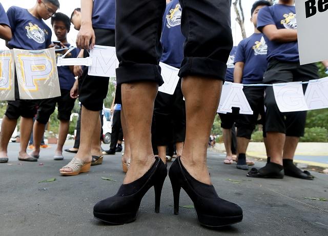 Ilustračná snímka z kampane, počas ktorej muži na Filipínach pochodovali v ženských topánkach v mene rodovej rovnosti počas MDŽ